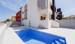 NEW Large Plot Bungalow with Private Pool in Los Altos.  Ref:ks1241