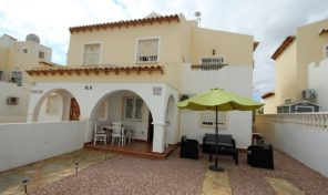 Large Quad near Plaza and Golf in Villamartin.  Ref:ks1307