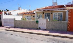 BARGAIN! Townhouse with off road parking in Torrevieja.  Ref:ks1547