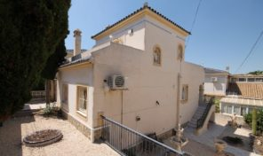 Large Villa with Separated Apartment  in Villamartin.  Ref:ks1734