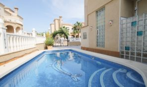 OFFER! Large Quad with Private Pool in Villamartin.  Ref:ks1754