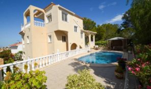 OFFER!  Large Villa with Private Pool and Garage in Villamartin.  Ref:ks1235