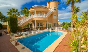 Massive Villa with large plot and Private Pool in Los Altos.  Ref:ks1977
